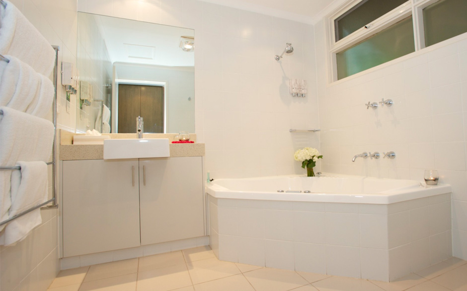 Accommodation Brooklands of Mornington Deluxe Bridal Spa Suite